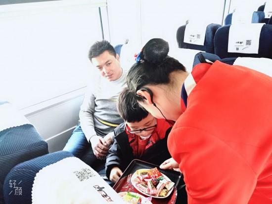 G318次列车与乘客一起欢度春节