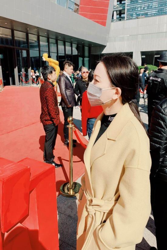 宅妹小陈现身欢乐喜剧人总决赛录制现场 口罩遮面难掩神颜值