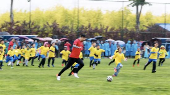 百童战三英 绿荫承未来 国超小将雨中点燃足球热爱