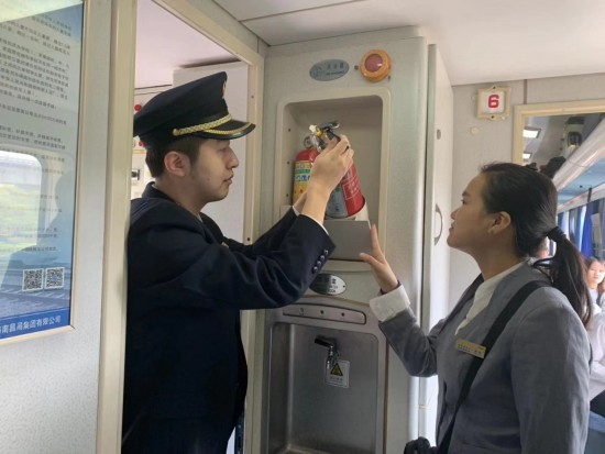 """k1666次助力""""11.9""""全国消防日,共建安全列车"""