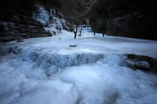 太行大峡谷惊现冰挂、雾凇   山东游客出游多了一个选择