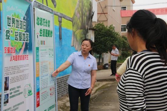 南昌西管理中心志愿者开设垃圾分类小课堂   助力生态文明村建设(2)(1)
