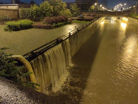 高效排水  12个小时恢复兴城大道下穿隧道畅通