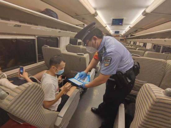 福州乘警支隊在列車上開展乘車安全宣傳活動