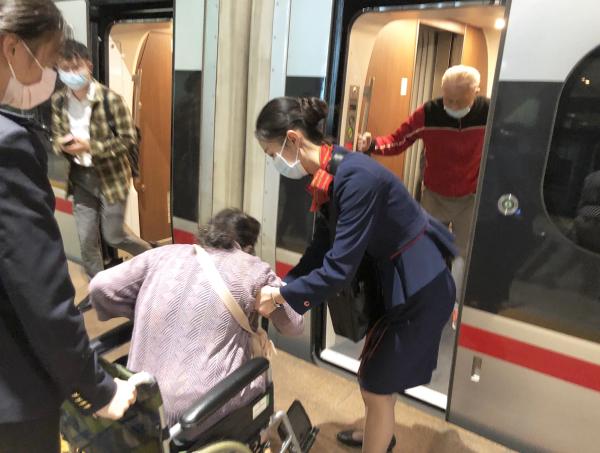 溫情高鐵伴你行  旅途服務暖人心