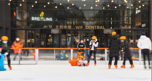 北京高端购物中心王府中环冰乐园梦幻来袭,带你畅享滑冰的乐趣