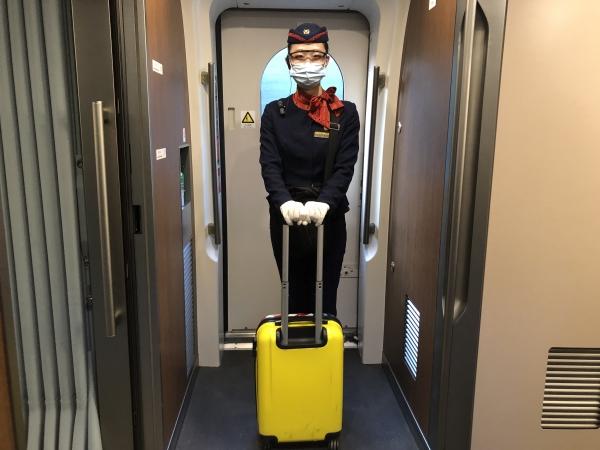 粗心大意忘行李 工作人员助找回