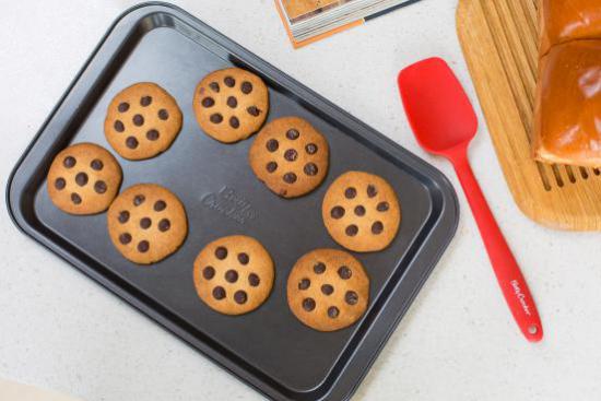 用手边的烘焙工具做些曲奇表达你的心意吧